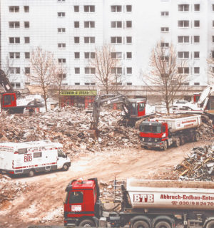 Abriss des East Gate in Berlin, mehrere LKW von BTB transportieren den Bauschutt von der Baustelle ab