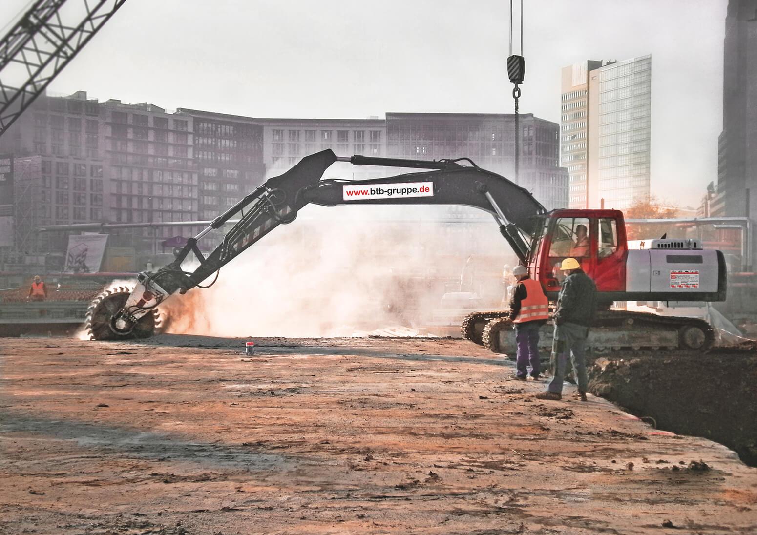 ein Bagger mit Betonschneiderad durchtrennt die Stahlbetondecke einer U-Bahn für den Bau der Mall of Berlin