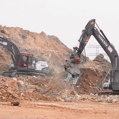 2 Bagger mit verschiedenen Anbauteilen bereiten Bauschutt auf dem BTB Reyclinghof auf