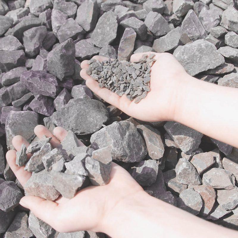 Schotter verschiedener Korngrößen in 2 Händen
