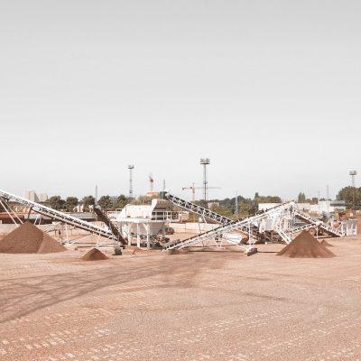 mehrere Siebanlagen und Lagerflächen für Schüttguter verschiedener Klassen auf dem BTB Recyclingshof in Berlin