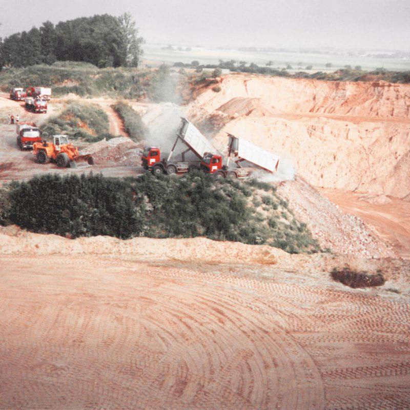 Tagebau Ketzin aus der Vogelperspektive, mehrere Kipper schütten Ladung ab