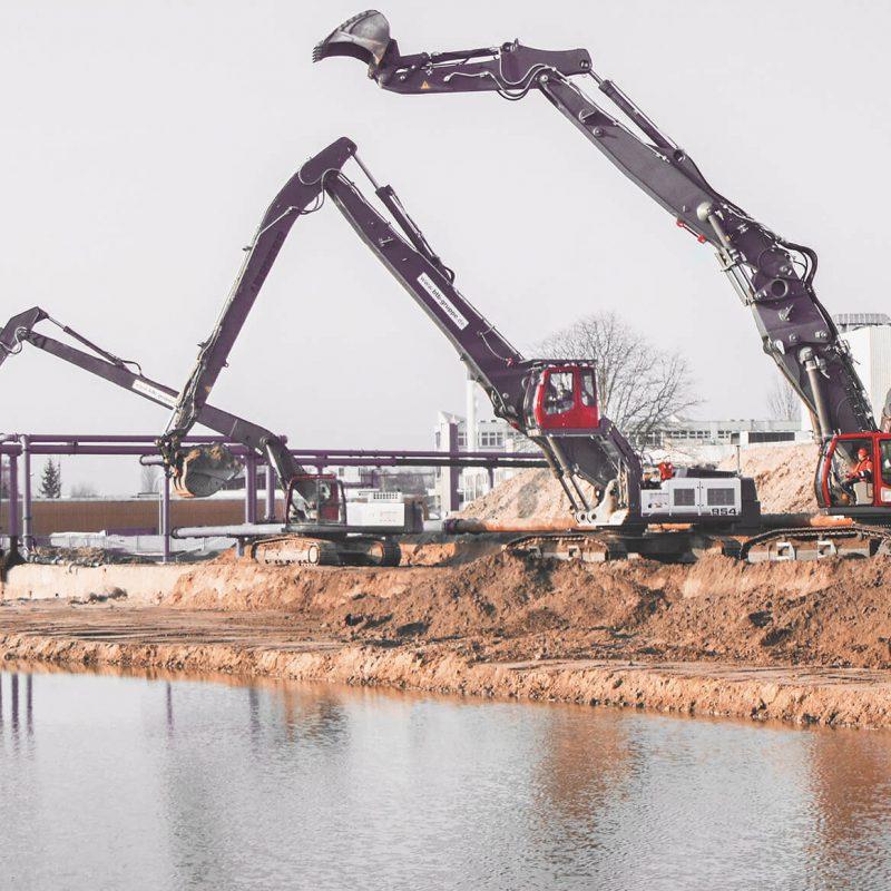 3 große, schwere Unterwasserbagger von BTB im Einsatz